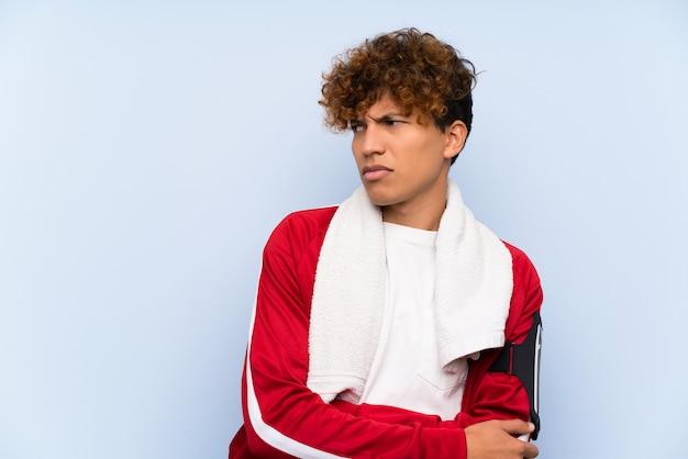 Junger sportafroamerikanermann, der eine idee steht und denkt