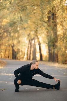 Junger sportler, der im park trainiert