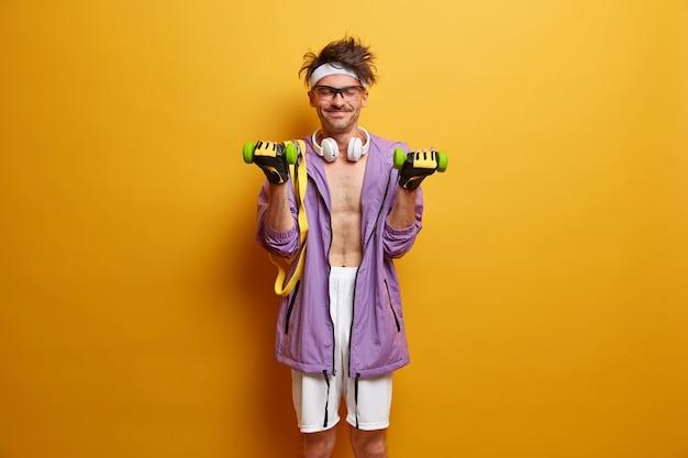 Junger sportler, der sich isoliert auf sein training vorbereitet
