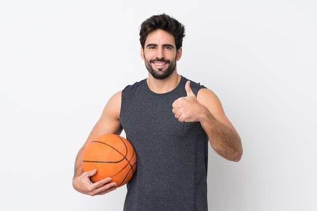 Junger sportmann mit basketball