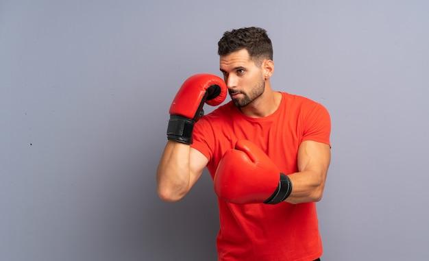 Junger sportmann mit boxhandschuhen