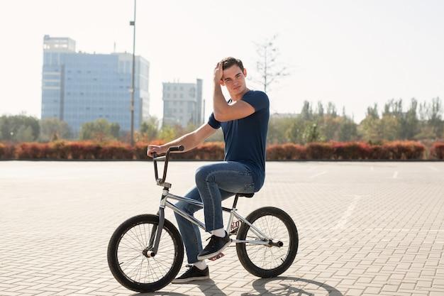 Junger städtischer bmx-rennfahrer in der stadt
