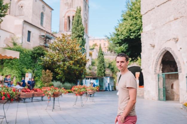Junger städtischer junge im urlaub, der europäische stadt erforscht