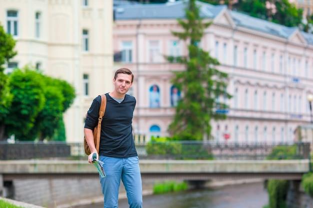 Junger städtischer junge im urlaub, der stadt in europa erforscht