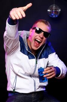 Junger stilvoller kerl im nachtklub