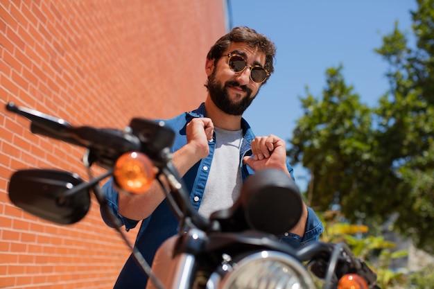 Junger stolzer mann auf einem motorrad