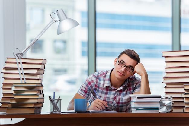 Junger student, der für collegeprüfungen sich vorbereitet