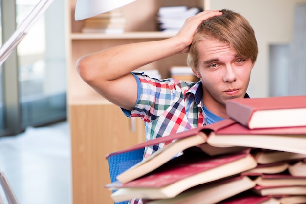 Junger student, der für hochschulprüfungen sich vorbereitet