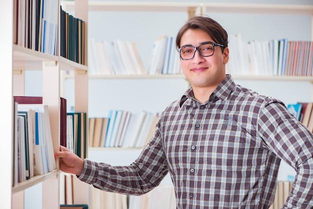 Junger student, der nach büchern in der collegebibliothek sucht