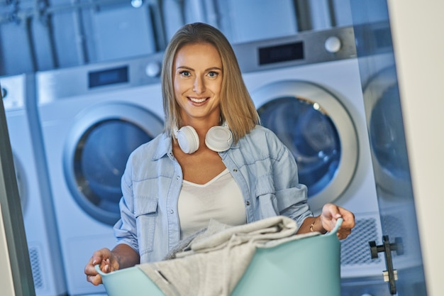 Junger student in waschküche