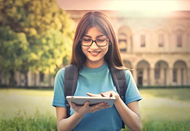 Junger student mit einer tablette