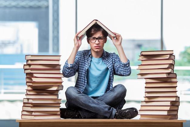 Junger student unter stress vor den prüfungen