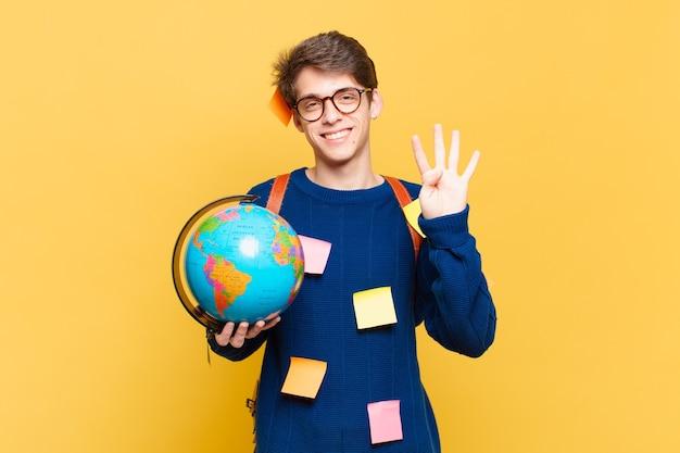 Junger studentenjunge, der lächelt und freundlich aussieht, nummer vier oder vier mit der hand nach vorne zeigt, herunterzählt