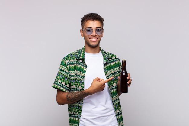 Junger südamerikanischer mann, der fröhlich lächelt