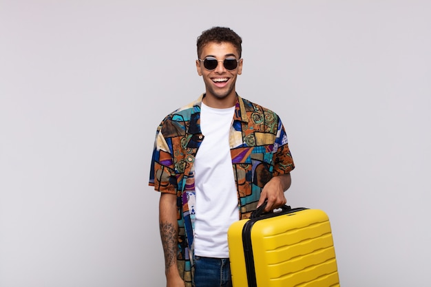 Junger südamerikanischer mann, der glücklich und angenehm überrascht aussieht, aufgeregt mit einem faszinierten und schockierten ausdruck