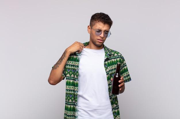 Junger südamerikanischer mann, der sich gestresst, ängstlich, müde und frustriert fühlt, hemdhals zieht und mit problem frustriert aussieht