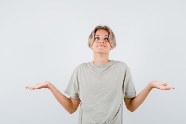 Junger teenager, der handflächen seitlich ausbreitet