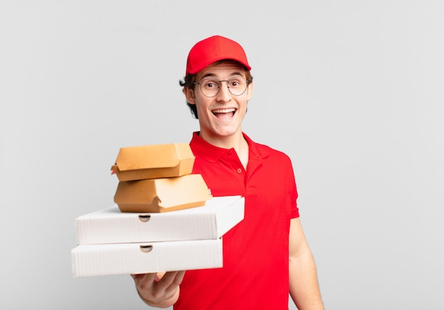 Junger teenager mann junge pizza liefern mann glücklichen ausdruck