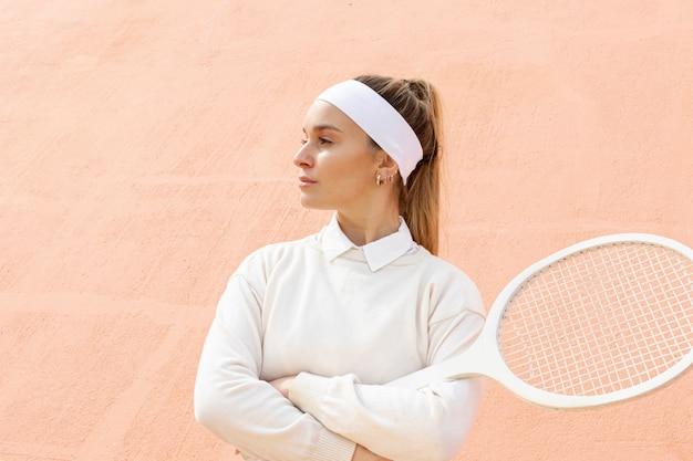 Junger tennisspieler des porträts mit schläger