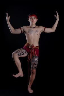 Junger thailand-mann mit traditionellen elementen