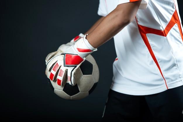 Junger torhüterfußballmann lokalisiert von der akademiefußballmannschaft