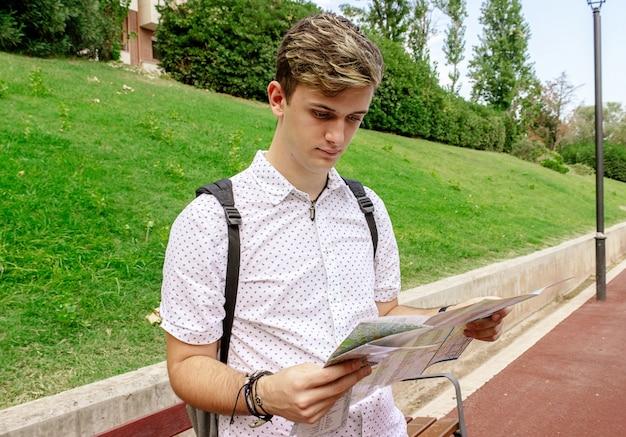 Junger tourist, der nach ort sucht