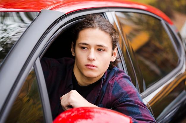Junger tourist der nahaufnahme, der ein auto fährt
