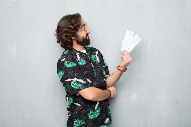 Junger touristischer mann mit bordkartekarten
