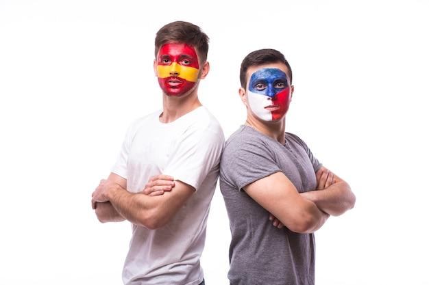 Junger tschechischer und spanischer fußballfan lokalisiert auf weißer wand