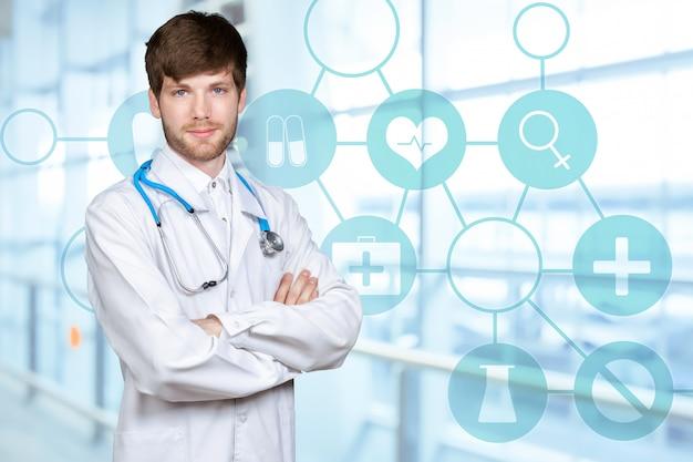 Junger überzeugter doktormann im medizinischen kleid