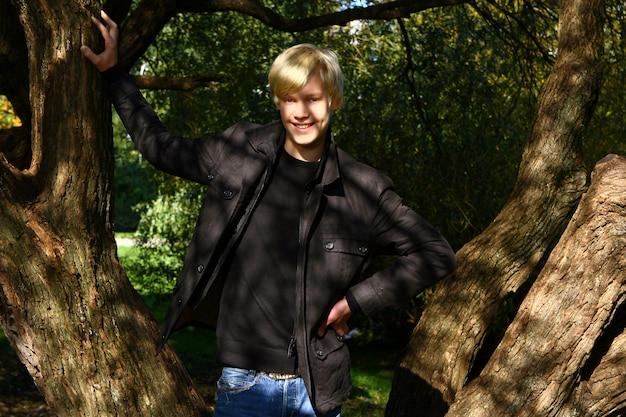 Junger und attraktiver kerl, der im park aufwirft