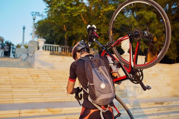 Junger und energischer radfahrer im park