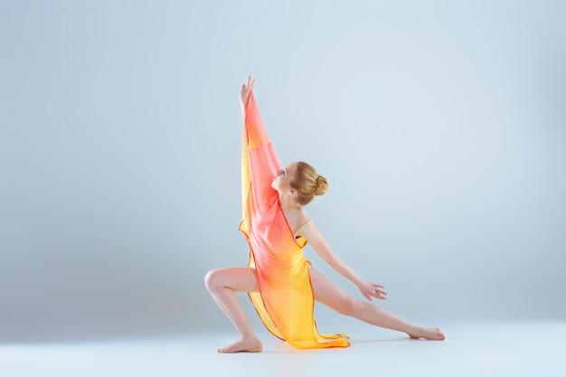Junger und schöner balletttänzer