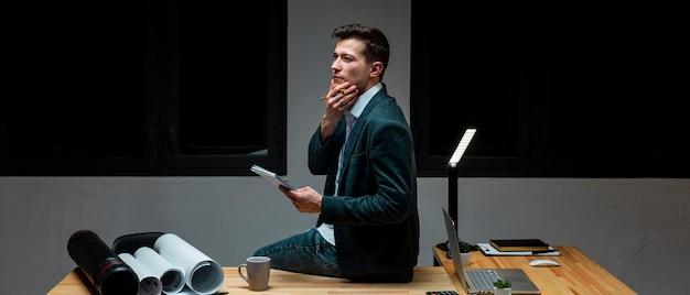 Junger unternehmer, der nachts an einem projekt arbeitet