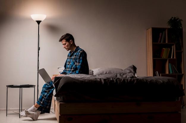 Junger unternehmer, der nachts arbeitet
