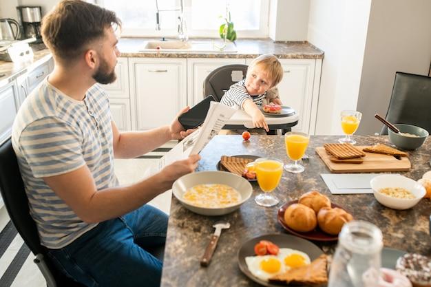 Junger vater beim frühstück