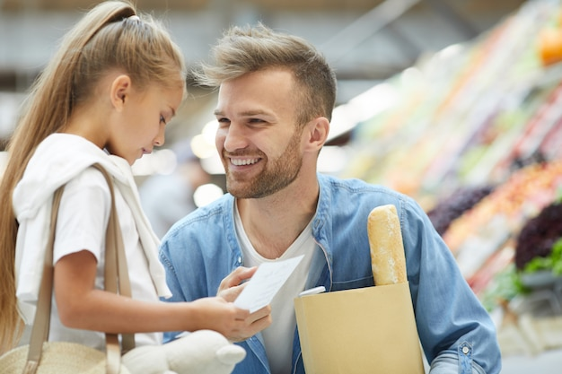 Junger vater im supermarkt