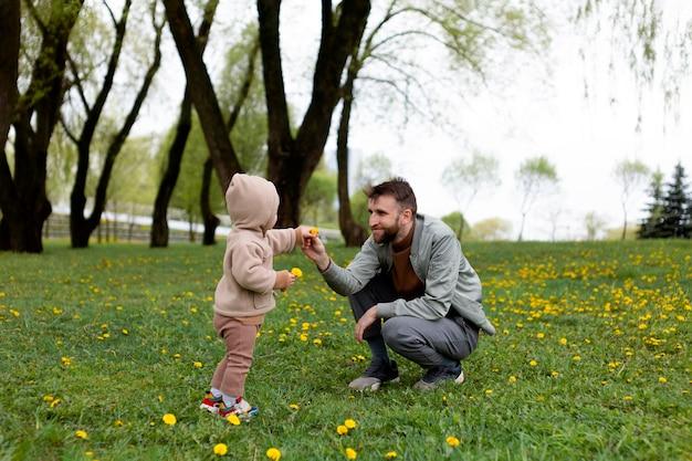 Junger vater mit seinem baby im freien