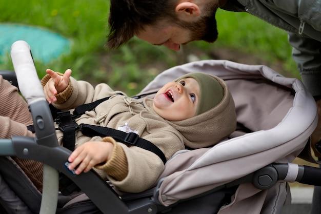 Junger vater mit seinem baby