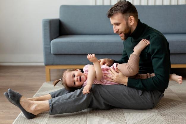 Junger vater mit seinem kind