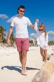 Junger vater und seine entzückende kleine tochter haben spaß am strand