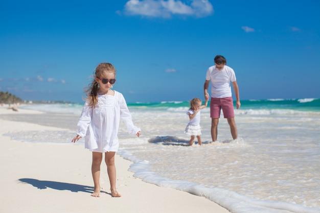 Junger vater und seine süßen töchter genießen sommerferien