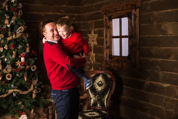 Junger vater und sohn, die zu hause weihnachten feiert