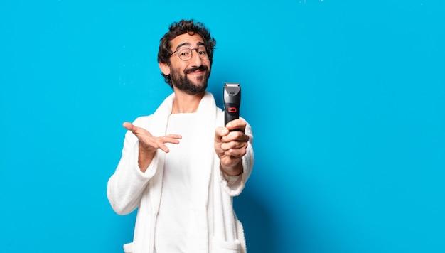 Junger verrückter bärtiger mann mit bademantel rasiert concep