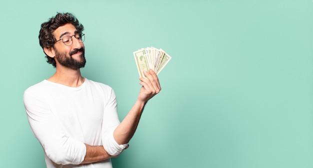 Junger verrückter bärtiger mann mit dollarbanknoten
