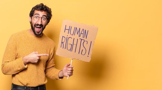 Junger verrückter bärtiger mann mit einem menschenrechtsbanner.