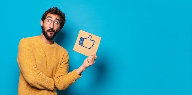 Junger verrückter bärtiger mann mit einem social media wie banner