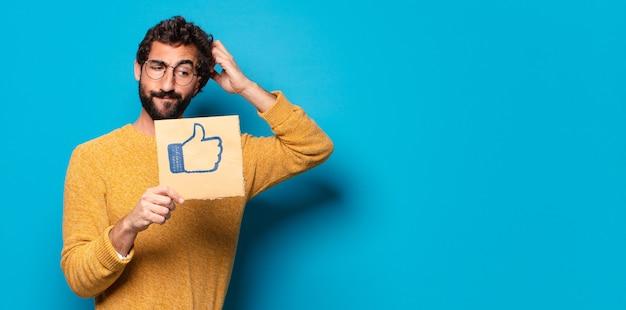 Junger verrückter bärtiger mann mit einem sozialen medien wie banner