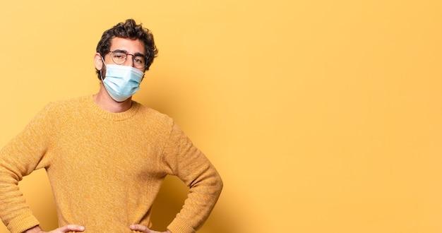Junger verrückter bärtiger mann mit medizinischer maske