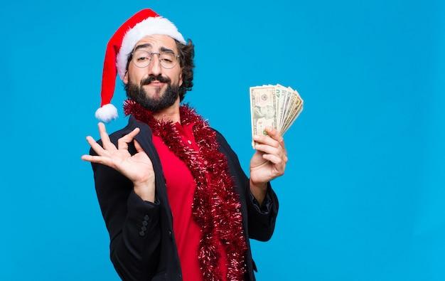 Junger verrückter bärtiger mann mit sankt-hut. weihnachtskonzept